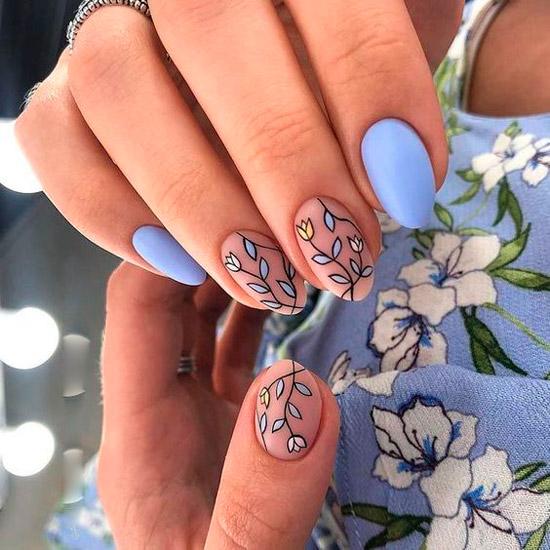 Голубой маникюр с весенним принтом на овальных ногтях