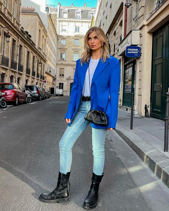 Ксения Адонц в голубых джинсах скинни, футболка, синий блейзер, образ дополняют черные военные ботинки