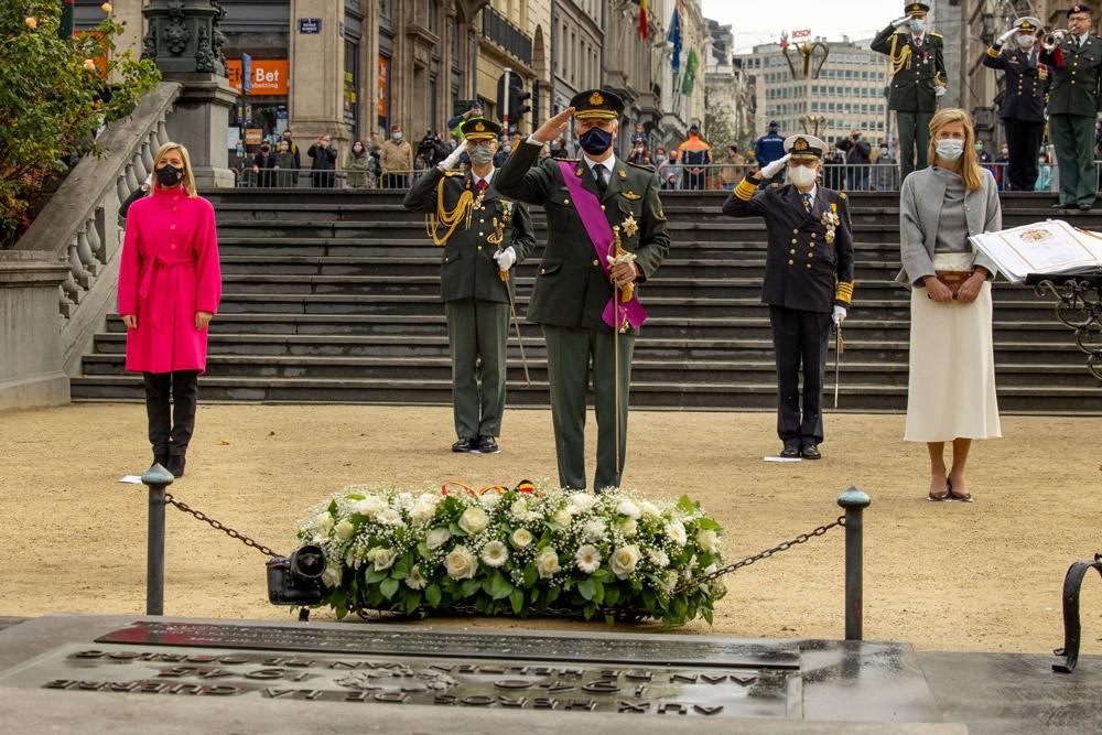 Бельгийская министр в розовом пальто и черных джинсах
