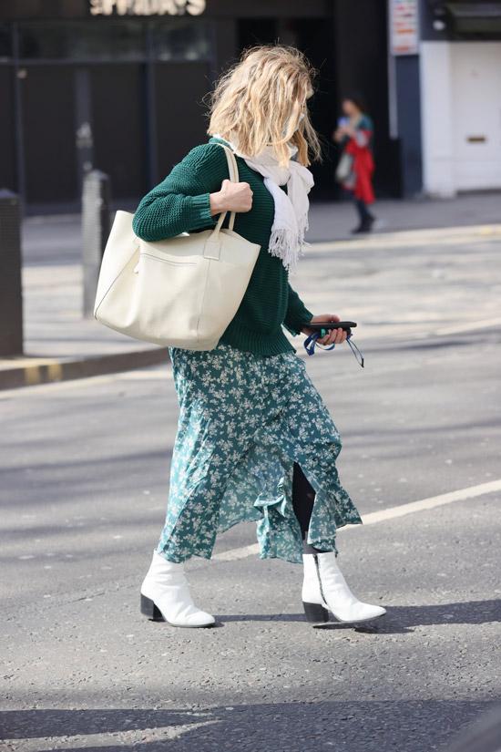 Кейт Каррауэй юбке, свитере и ботильонах
