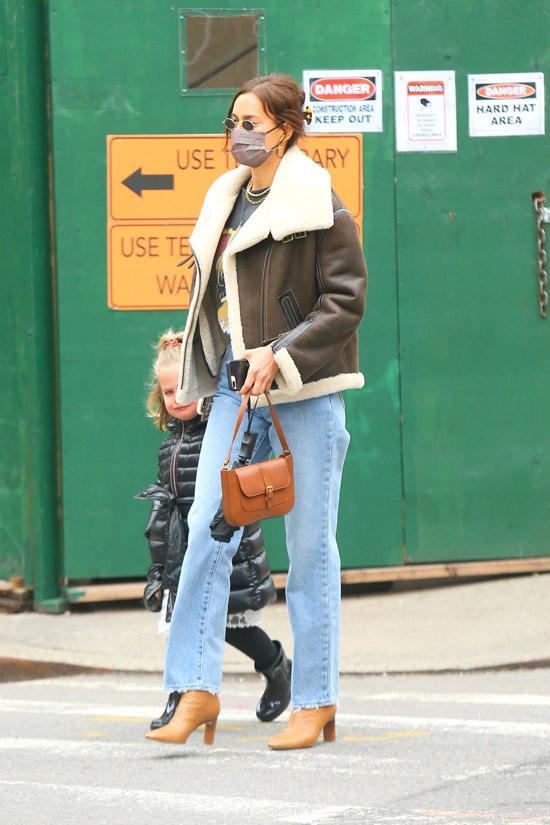 Ирина Шейк в джинсах и ботильонах