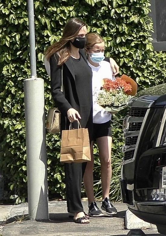 Анджелина Джоли с дочкой зашли в цветочный магазин