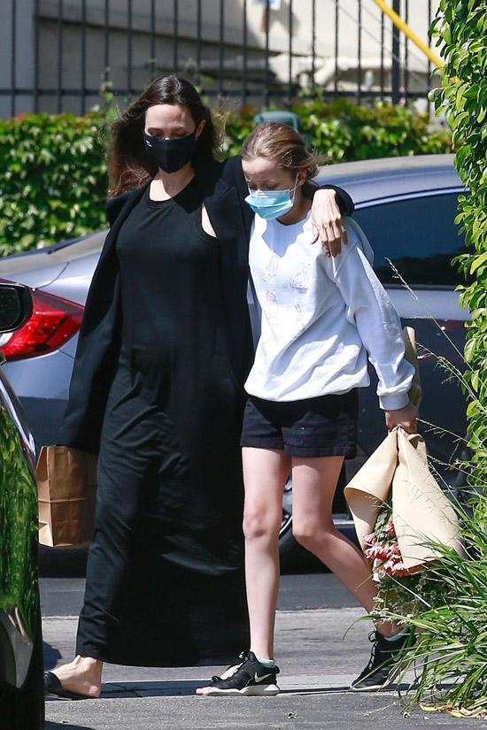 Анджелина Джоли в мятом платье и пиджаке