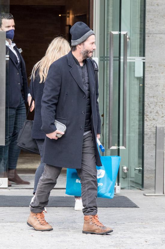 Киану Ривз в пальто и ботинках