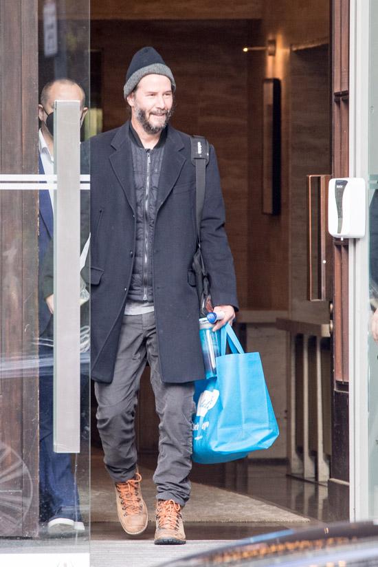 Киану Ривз в пальто и серых джинсах