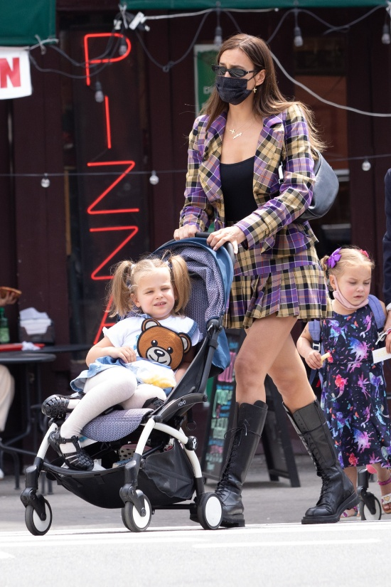 Ирина Шейк с дочкой на прогулке