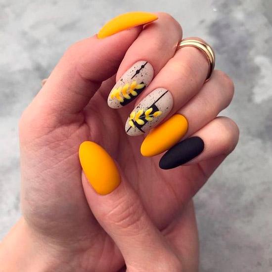 Летний желтый маникюр с природным принтом на длинных овальных ногтях
