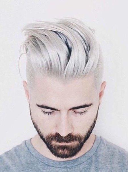 Молодой человек с обесцвеченными волосами с зачесом назад