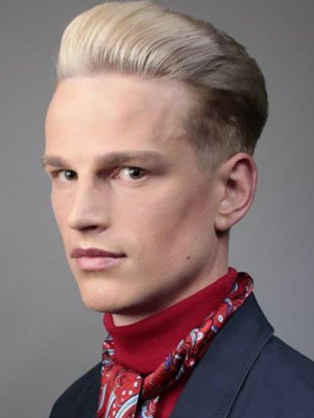 Молодой человек с обесцвеченнными волосами зачёсанные назад