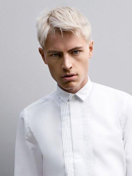 Молодой человек с обесцвеченной стрижкой на коротких волосах