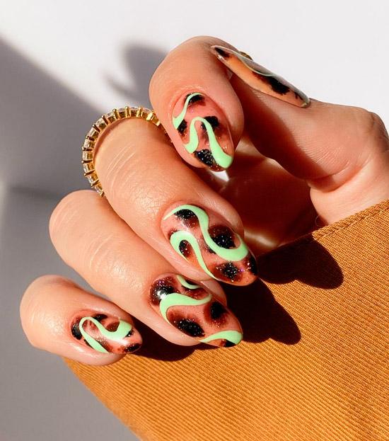 Необычный принт анимал на овальных натуральных ногтях