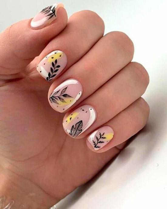 Нежный маникюр с белыми штрихами и черными листьями на коротких ногтях