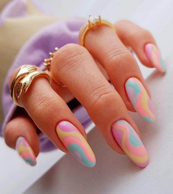 Нежный маникюр в пастельных оттенках на длинных овальных ногтях