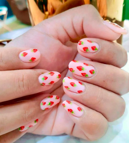 Нежный розовый маникюр с клубникой на овальных ногтях
