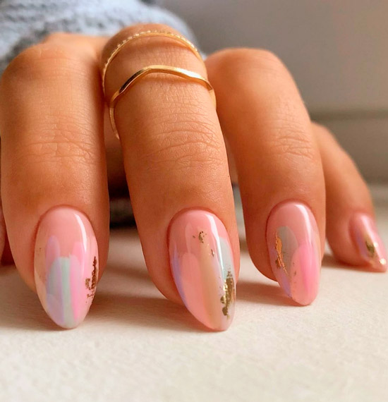 Нежный розовый маникюр с золотой фольгой на овальных ногтях