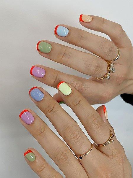 Ногти разноцветных пастельных оттенков с красными кончиками