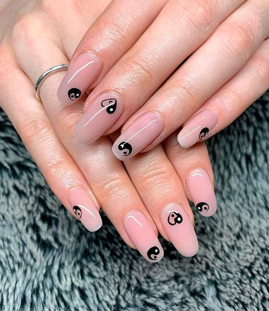 Принт инь-янь на длинных овальных ногтях