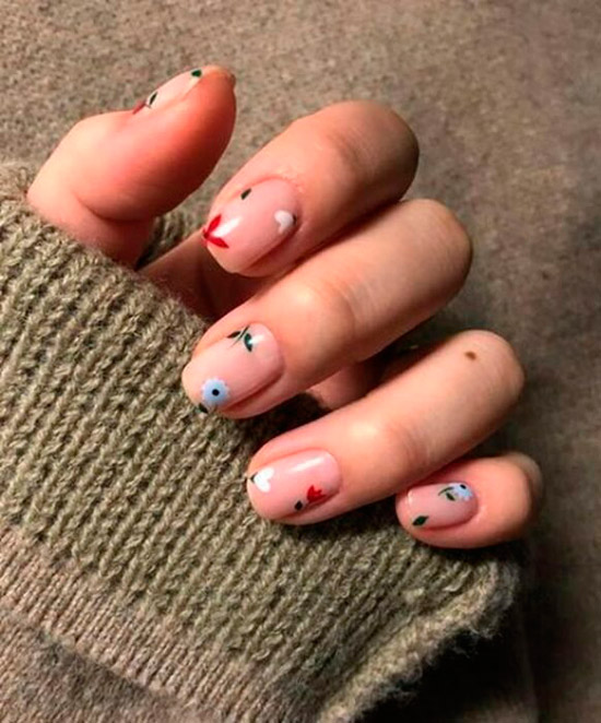 Простой маникюр с мелкими цветочками на ухоженных ногтях