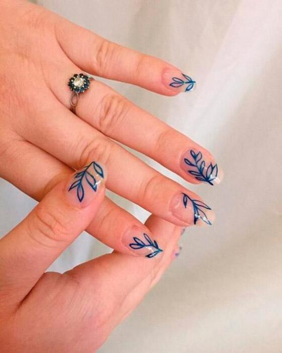Простой маникюр с синими листьями на натуральных ногтях