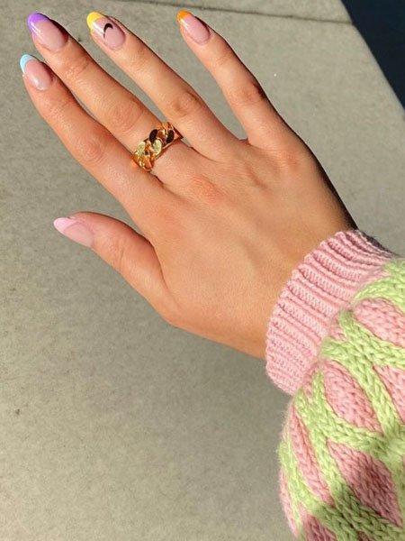 Разноцветный френч с черным логотипом на овальных ногтях