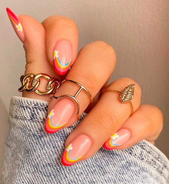 Разноцветный френч с цветами на овальных аккуратных ногтях