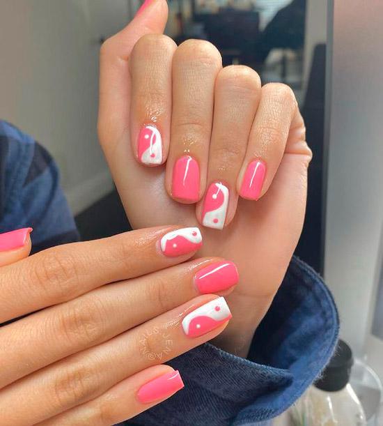 Розово белый маникюр инь янь на коротих квадратных ногтях