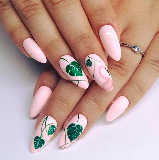 Розовый маникюр с зелеными тропическими листьями и фламинго
