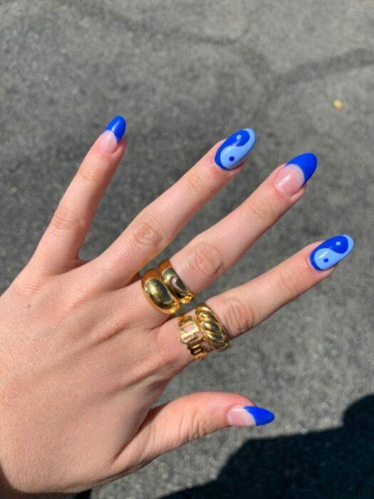Синий маникюр инь янь на овальных ногтях средней длины