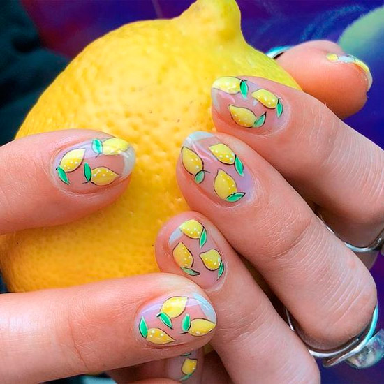 Сочный маникюр с лимонами на овальных натуральных ногтях