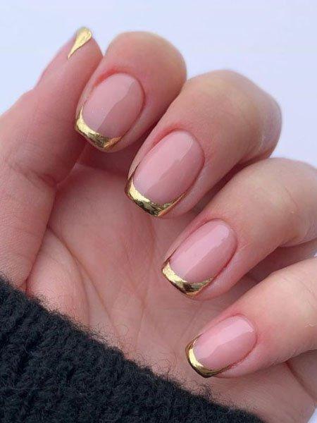 Стильный золотой френч на квадратных ногтях средней длины