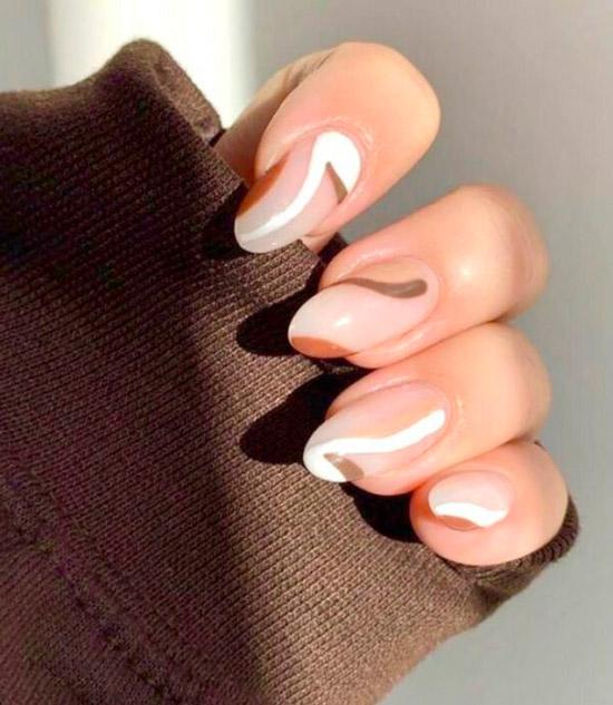 Светлый маникюр с абстрактными линиями на овальных натуральных ногтях