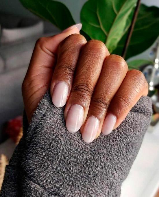 Светлый розовый маникюр на овальных натуральных ногтях