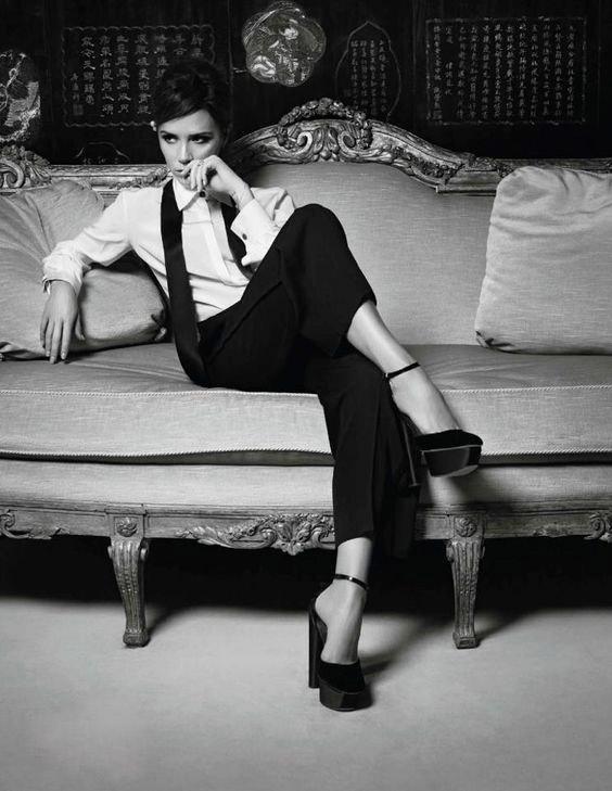 Виктория Бекхэм в черных стильных брюках, белая рубашка в мужском стиле и черные босоножки на платформе