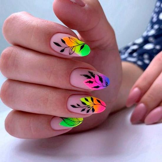 Яркий разноцветный маникюр с черными листьями на длинных овальных ногтях