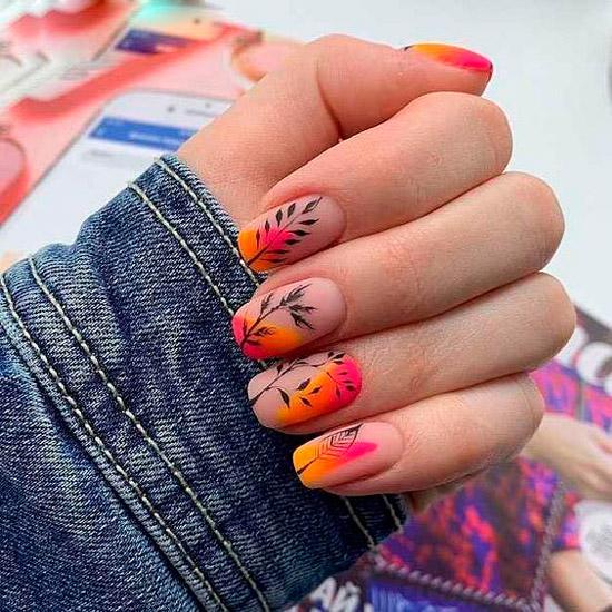 Яркий розово оранжевый маникюр с черными узорами на ногтях средней длины