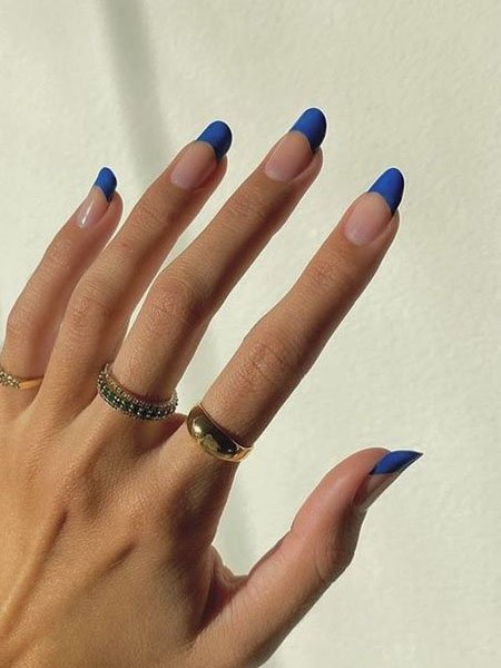 Яркий синий френч на длинных овальных ногтях