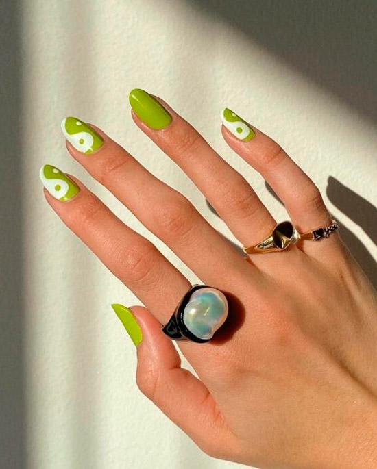 Яркий зеленый маникюр инь янь на овальных ногтях средней длины
