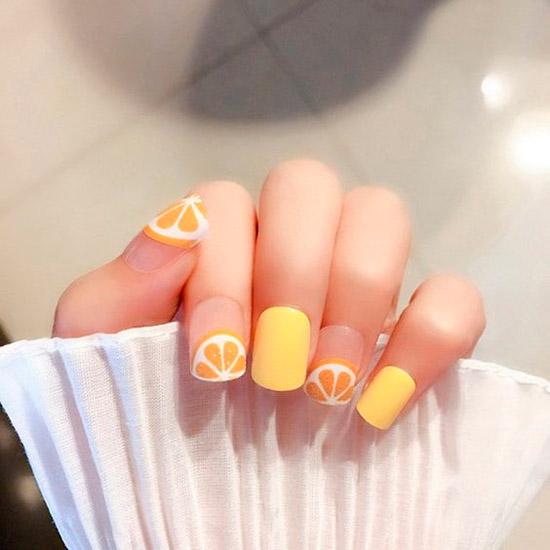 Желтый маникюр с сочным апельсином на квадратных ногтях