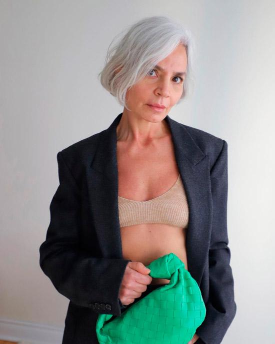 Женщина со стрижкой короткий боб на седых волосах
