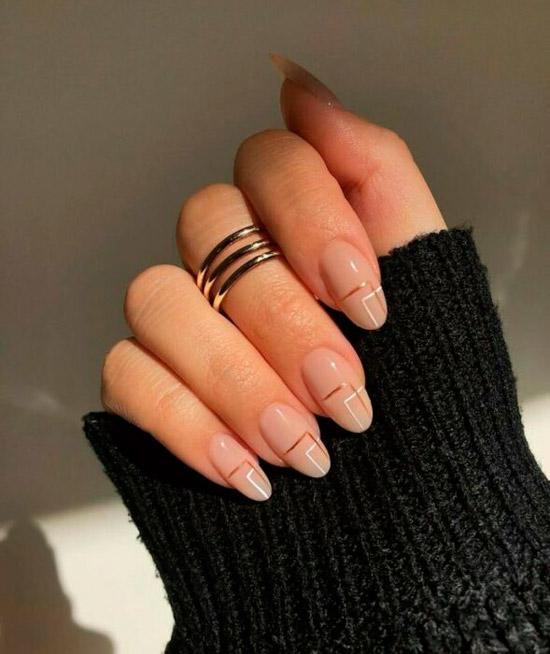 Женственный бежевый маникюр с золотой полосой на овальных ногтях