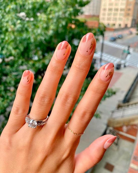 Бежевый диагональный френч с изысканным золотом на овальных ногтях