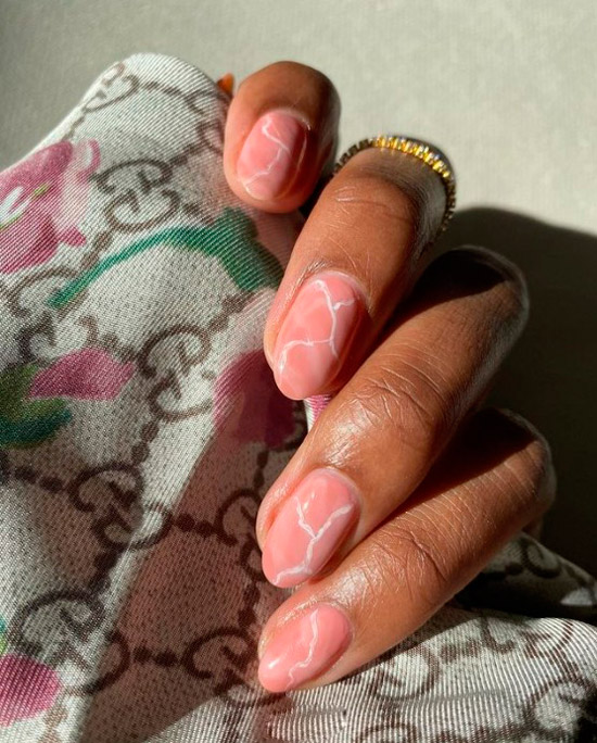Бежевый мраморный маникюр на овальных натуральных ногтях