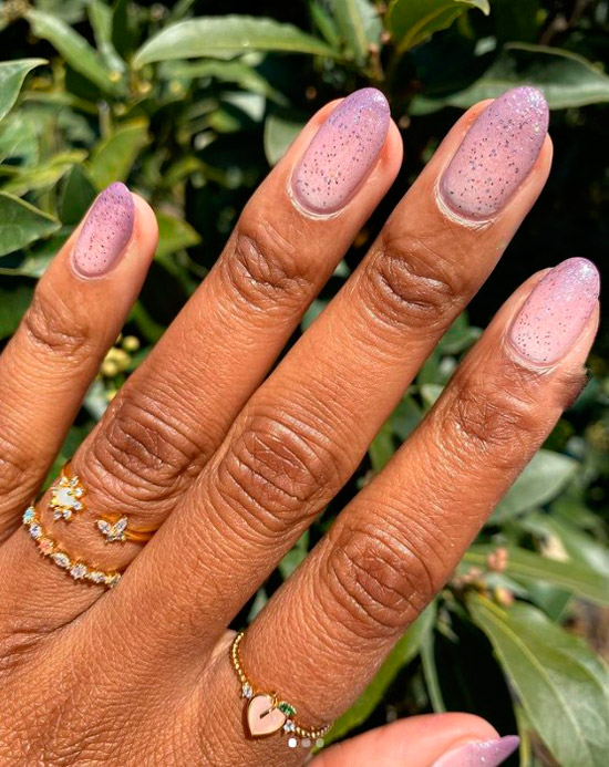 Фиолетовый маникюр с блестками на овальных ногтях