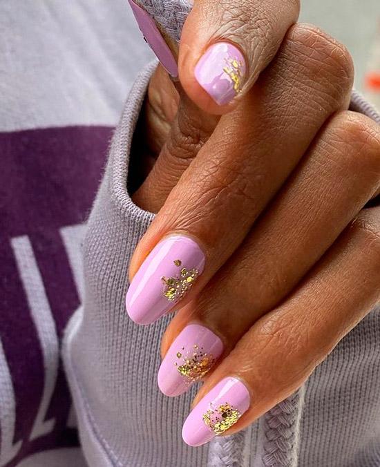 Фиолетовый маникюр с золотом на овальных натуральных ногтях