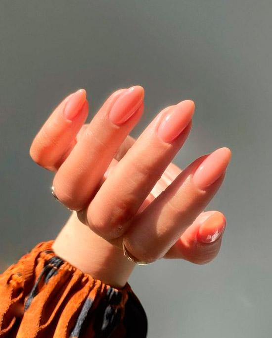 Милый бежевый маникюр на овальных ногтях средней длины