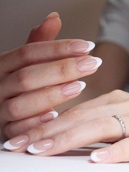 классический белый маникюр на овальных ногтях средней длины
