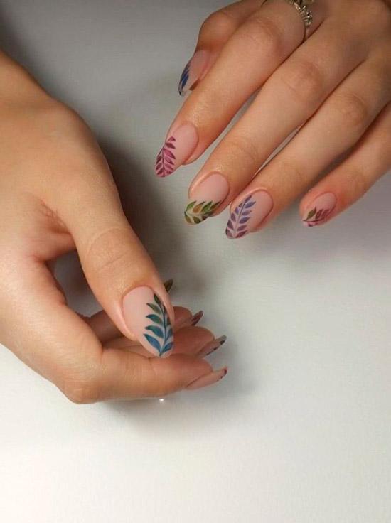 красивый маникюр с разноцветными листьями на овальных ногтях