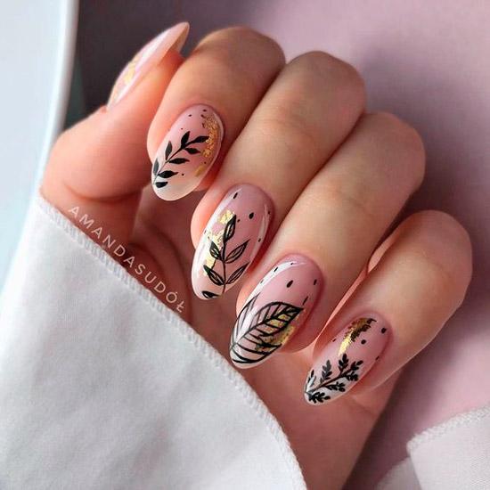 красивый натуральный маникюр с черными листьями и золотой фольгой на длинных овальных ногтях