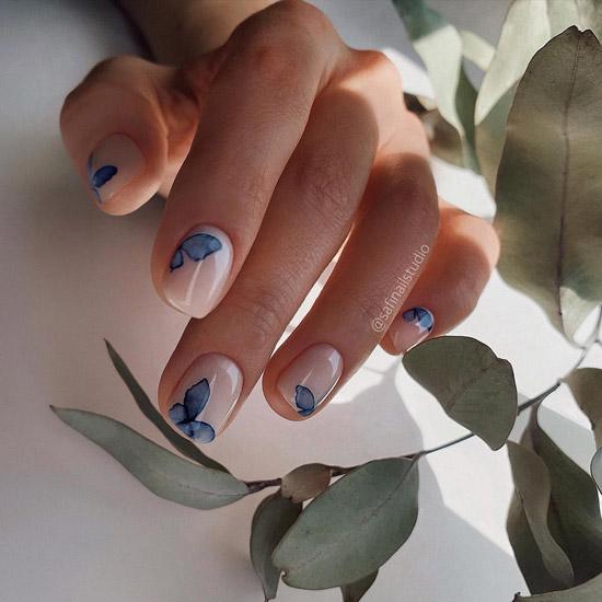 Бабочки на белых ногтях
