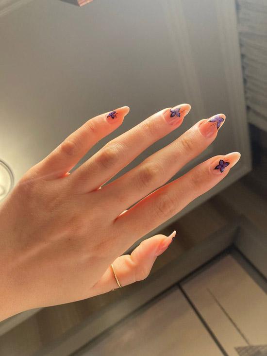 Бабочки на персиковых ногтях